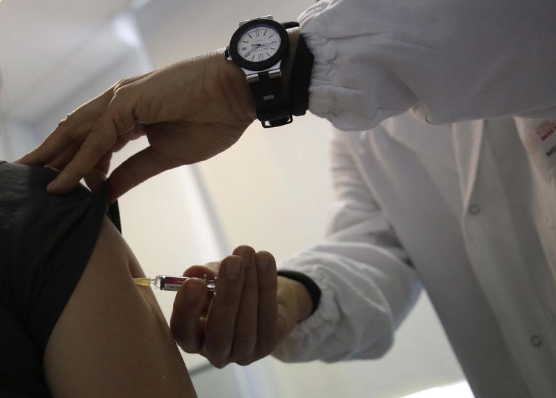 Italian doctor vaccinated a patient against measles.